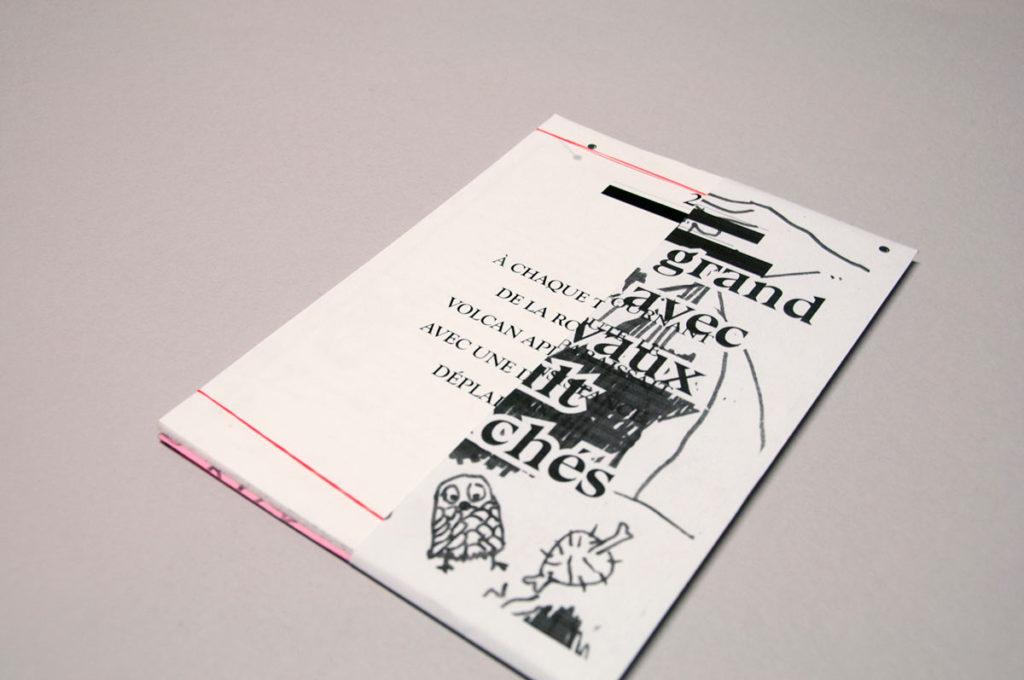 Dictées dessinées – avril 2016 | Intervention à l'occasion - l'occasion du festival Indélébile 2016 - graphisme par Edith Mercier. À chaque tournant...+ Pris en grand meslée... [2] Lecture des Mangeurs d'étoiles de Romain Gary - Impression laser noire sur feuilles volantes CANSON 160gr [3] Lecture de Bastard Battle de Céline Minard - Impression laser noire - 16 pages agraphées sur papier rose.