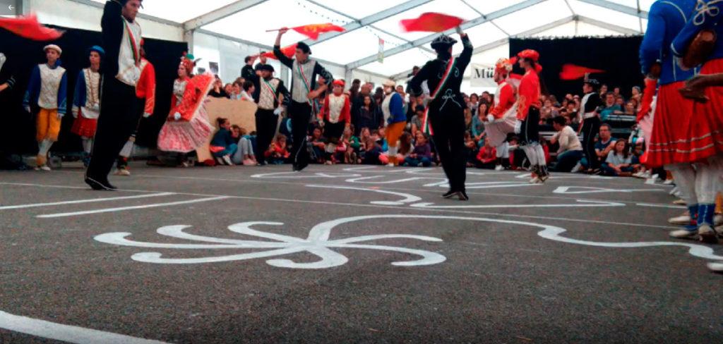 La tombe d'Herensuge - à l'occasion de Musikaren Eguna- juin 2017 – festival de musiques à Ordiarp – Dessin au blanc de meudon sur du goudron – Le collectif IPN fut invité à investir les lieux le temps du festival.
